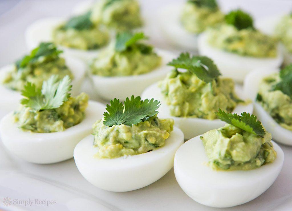 zielone jajka z awokado