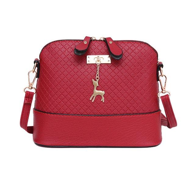 Czerwona torebka z zawieszką